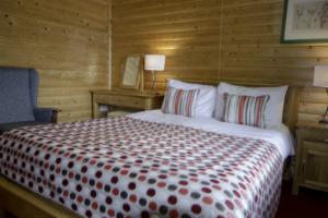 King_size_Bedroom_Heron_Lodge1