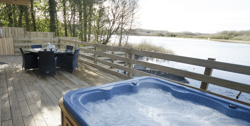 Hot-tub Lodge by the Lake The Tranquil Otter