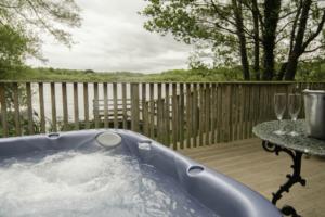 Lakeside_hottub_Chiffchaff_Lodge1