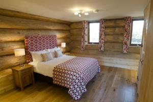 Spacious_downstairs_Bedroom_Alder_Lodge1